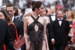 """Báo quốc tế cũng 'chín người mười ý"""" về váy hở bạo của Ngọc Trinh ở Cannes"""