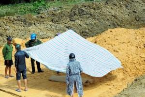 Phát hiện thi thể thanh niên bị vùi trong thùng xe tải chở đất