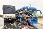 Xe tải, xe khách giường nằm nát đầu sau cú va chạm trên đường tránh lũ QL1