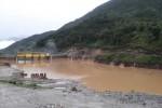 Một cầu treo bị đứt và hàng chục ngôi nhà tại Lào Cai bị hư hại sau khi thủy điện bất ngờ xả lũ vào rạng sáng.