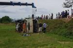 Xe chở công nhân bị lật ở Nghệ An, 21 người nhập viện