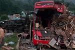 Xe khách tông xe chở luồng khiến 2 người chết, 14 người bị thương