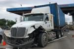 Container lao vào tạm thu phí cao tốc Trung Lương-TPHCM