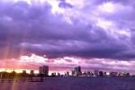 """Lạ kỳ bầu trời Florida chuyển màu tím khi """"siêu bão quái vật"""" Dorian quét qua"""