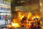 Người biểu tình Hong Kong đốt phá ga tàu