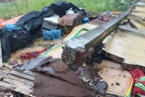 Tường bê tông đổ sập do mưa lớn khiến 3 người tử vong