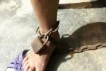 Chồng bạo hành xích chân vợ vào cột nhà gây phẫn nộ: Bị phạt hành chính!