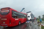 Xe tải đâm xe khách ở Nghệ An, ít nhất 16 người thương vong