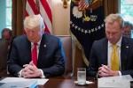 Quan chức Mỹ cầu nguyện cho Trump trước khi họp