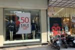 Hàng loạt cửa hàng thời trang giảm giá đến 70% nhưng chủ yếu hàng lỗi mốt, trái mùa