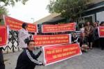 Khách căng băng rôn, vây kín trụ sở CĐT dự án Cocobay ở Hà Nội