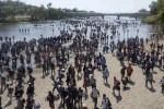 Người di cư lũ lượt vượt sông biên giới