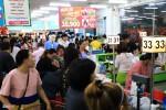 Người lớn ngái ngủ, trẻ con khóc òa khi sắm Tết trong siêu thị