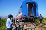 Tàu trật ray khiến đường sắt tê liệt