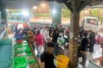 Khách xếp hàng mua hải sản mùa dịch Covid-19