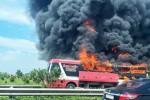 Xe giường nằm bốc cháy trên cao tốc, 11 người thoát chết