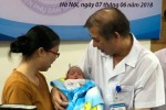 Cứu sống bé sinh non nặng như chai nước suối của cặp vợ chồng hiếm muộn