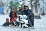 Sài Gòn mưa như trút nước, cây đổ đè người tử vong