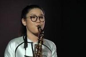 """Con gái nghệ sĩ saxophone Trần Mạnh Tuấn """"vượt mặt"""" bố"""