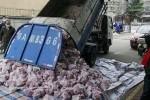 Quan chức Vũ Hán bị sa thải sau khi dùng xe rác chở thịt cho dân