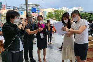 Thủy Tiên - Công Vinh livestream công bố 18.000 trang sao kê