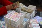 Người dân đổi tiền lẻ chịu phí 'cắt cổ' ngoài chợ đen