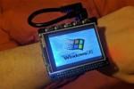 Hacker biến máy tính thu nhỏ thành smartwatch chạy Windows 98
