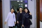 MC Anh Tuấn và vợ Trần Lập tặng 220 triệu đồng cho bệnh nhân ung thư