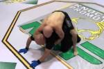 Bị đánh gục, võ sĩ hoa mắt ra đòn nguy hiểm với trọng tài