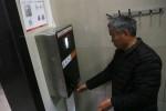 TQ dùng máy nhận diện khuôn mặt để ngăn nạn trộm giấy toilet