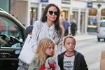 Angelina Jolie bị đồn lơ là khiến con gái 8 tuổi bị bảo mẫu đánh đập