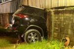 Cả gia đình thoát chết khi ôtô Fortuner tông thủng tường